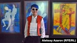 Находящаяся в Нур-Султане Бахыт Бибиканова на выставке была представлена амбассадором с табличкой на груди: «Та самая великая художница — Б. Бибиканова». За спиной у амбассадора — триптих Бахыт Бибикановой с обнаженными телами.