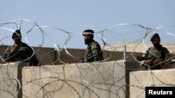 Афганские военные рядом с территорией базы Camp Qargha. 5 августа 2014 года.