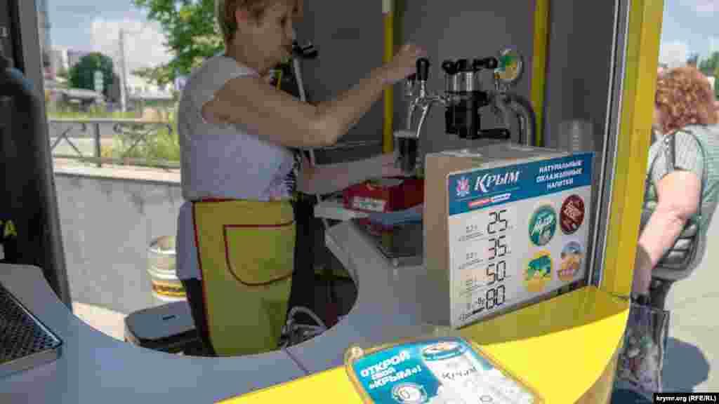 Охлаждающие напитки продают в фирменном киоске-«банке»