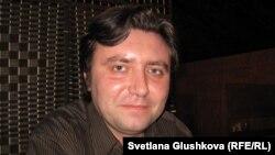 Insiderman сайтының жетекшісі, журналист Валерий Сурганов. Астана, 13 қараша 2013 жыл.