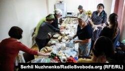 Жінки готують обід