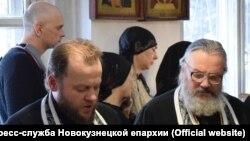 Священник Валерий Рассадин - справа