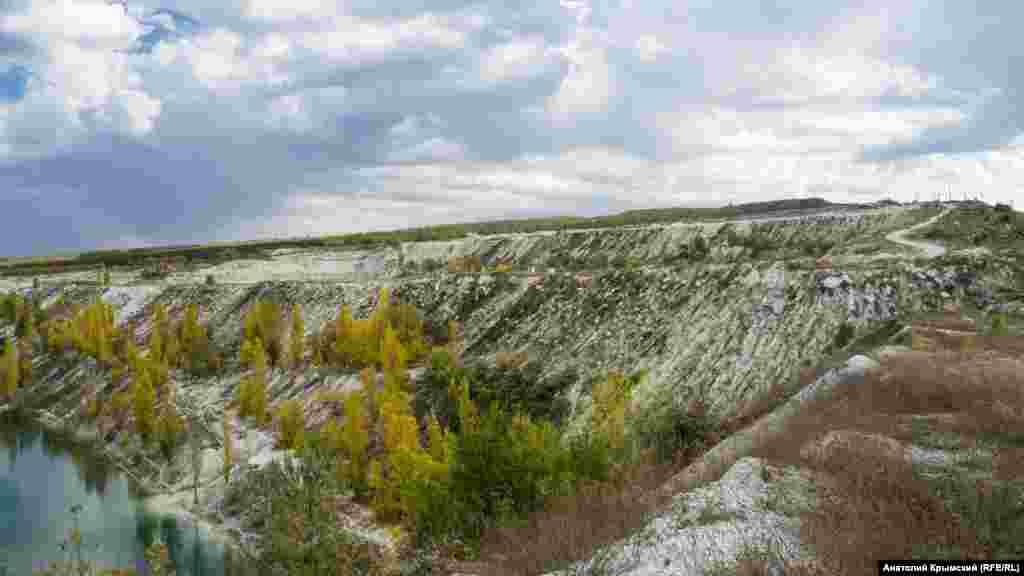 По соседству с озером на двух карьерах по-прежнему добывают альминский известняк