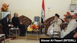 وزير الخارجية الإيراني علي أكبر صالحي يزور المرجع الديني محمد بحر العلوم في النجف.