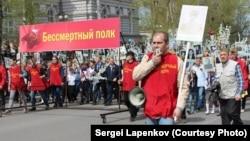 Сергей Лапенков в колонне Бессмертного Полка, Томск, 2014 год