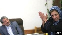 در هنگام حضور ماموران در دفتر وكالت خانم عبادى، او اعلام كرد كه در صورت انتشار هر نوع مطلب در خصوص موكلان خود كه به صورت امانت نزد او است اعلام خطر مي كند. (عکس: AFP)