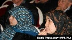 Жены узбекских беженцев-мусульман, находящихся в тюрьме КНБ, на форуме демократических сил. Алматы, 29 января 2011 года.