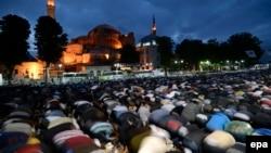 31 май куни тонгда Ayasofya музейи ҳовлисида бомдод намозини ўқиётган мусулмонлар.