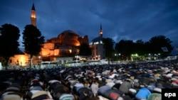 İstanbulda Aya Sofya muzeyinin qarşısında etiraz namazı, 31 May 2016