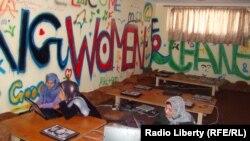 Интернет-кафеде отырған мұсылман әйелдер. Ауғанстан, 27 маусым 2012 жыл.