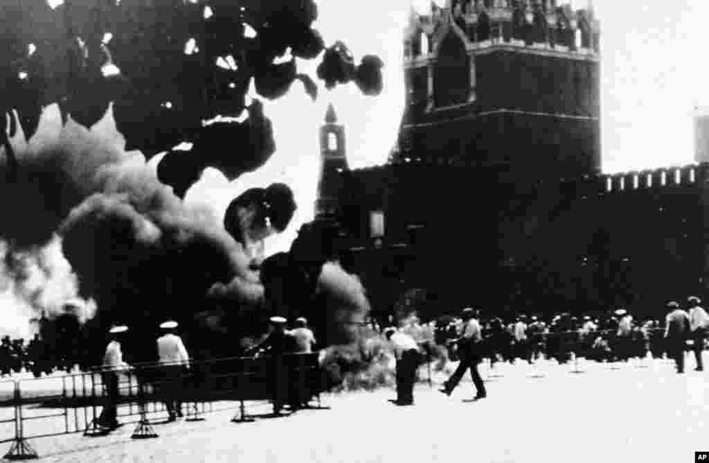 Загадкова пожежа, що спалахнула на Красній площі під час Ігор 2 серпня.  «Свідки заявили, що бачили людське тіло посеред полум'я, яке швидко забрали», – повідомляло AP. Репортер Washington Post, який був свідком цього інциденту, написав, що незабаром після цього «наївний японський турист невинно зробив кілька знімків із великої відстані мавзолею [Леніну]. Відразу ж до нього підскочили троє осіб у білих формених куртках і змусили віддати камеру. Вони відкрили її, вихопили плівку і розірвали її на шматки»