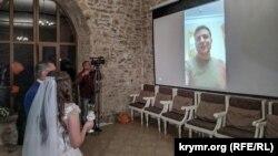 Молодята дивляться звернення Володимира Зеленського