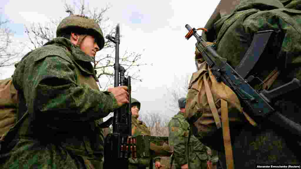 Бойовики російських гібридних сил сідають у вантажівку біля селища Петрівське на Донеччині