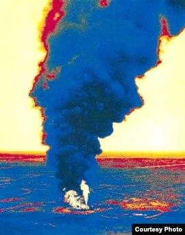 Горящая скважина № 37 Тенгизского месторождения. 1985 год. Фото из книги академика Муфтаха Диарова 'Экология и нефтегазовый комплекс', 1 том, издание 2003 года.
