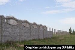Забор вокруг нового кладбища