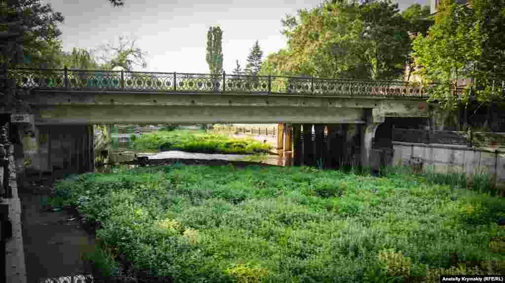 Перед мостом на улице Шмидта