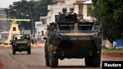 Republika Qendrore Afrikane - Trupat paqeruajtëse franceze patrollojnë me makinat e blinduara në kryeqytetin Bangui (Ilustrim)