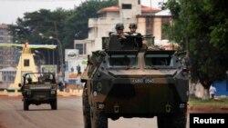 Французские миротворцы патрулируют улицы столицы ЦАР - Банги 6 декабря 2013 года