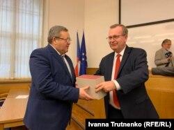 Степан Запорожан, проректор ТНМУ (зліва) та Томаш Зіма, ректор Карлового університету (праворуч)