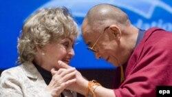Далай-ламага Лантос сыйлыгы тапшырылды.Маркум конгрессмен Том Лантостун жесири Аннета тибет лидерин сыйлыгы менен куттуктады.