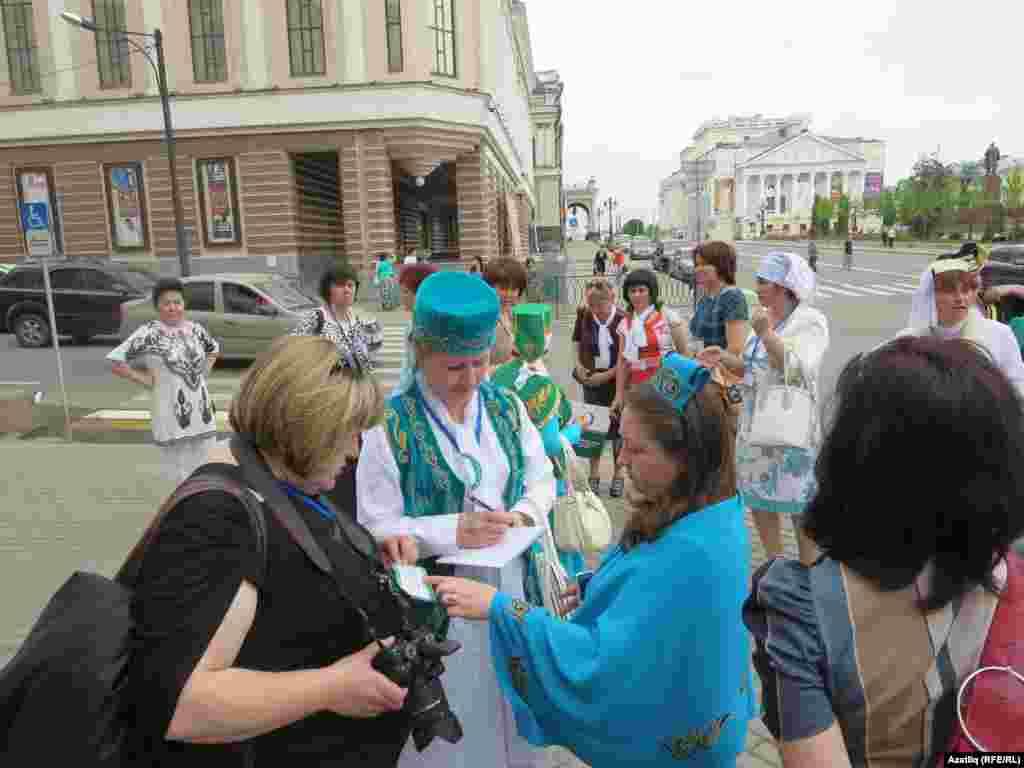 Төрле төбәкләрдән килгән татар ханымнары җай булган саен фикер алышты һәм тәҗрибә уртаклашты