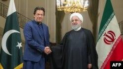 د پاکستان وزیراعظم عمران خان او د ایران ولسمشر حسن روحاني روغبړ کوي.