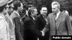 Нұрсұлтан Назарбаев (оң жақтан санағанда екінші) Дінмұхамед Қонаевпен бірге. (Сурет Ануар Шотбайдың Facebook парағынан алынды).