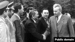 Дінмұхаммед Қонаев (оң жақтан бірінші) қарсы алушы адамның қолын алып жатыр. Оң жақтан екінші тұрған - Нұрсұлтан Назарбаев.