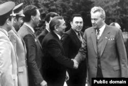Динмухамед Кунаев (справа), первый секретарь ЦК Компартии Казахстана, посещает Шымкентскую область.