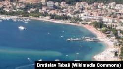Городской пляж в Будве — курортном городе на побережье Адриатического моря.