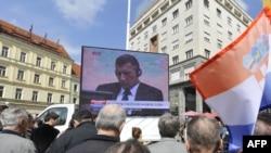 Građani na trgu u Zagrebu slušaju presudu hrvatskim generalima, 15. travanj 2011.
