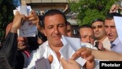 Բարգավաճ Հայաստան»-ի առաջնորդ Գագիկ Ծառուկյանը քարոզարշավի ընթացքում, մայիս, 2009 թ.