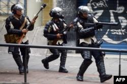 Полицейские разгоняют очередную антиправительственную демонстрацию в Каракасе