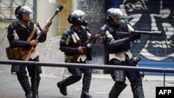 پلیس ونزوئلا با معترضانی که روز شنبه به خیابانهای پایتخت آمده بودند درگیر شده است