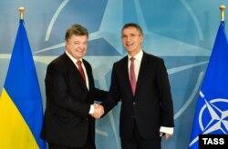 Президент України Петро Порошенко (ліворуч) та генеральний секретар НАТО Єнс Столтенберґ у штаб-квартирі НАТО у Брюсселі. 17 грудня 2015 року