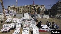 محتجون مصريون يكتبون شعارات ضد الرئيس محمد مرسي في ميدان التحرير بالقاهرة