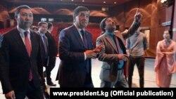 Президент Сооронбай Жээнбеков во время посещения Кыргызского национального академического драматического театра им. Т. Абдумомунова.