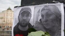 Портреты убитых Алика Джабраилова и Заремы Садулаевой (на траурном митинге в Москве, 13 августа 2009 года)
