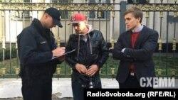 Журналісти програми «Схеми» спілкуються з поліцією біля приміщення Управління СБУ в Києві після нападу на їхню знімальну групу