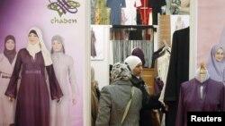 Женщины рассматривают одежду для мусульманок. Париж, 3 апреля 2010 года.