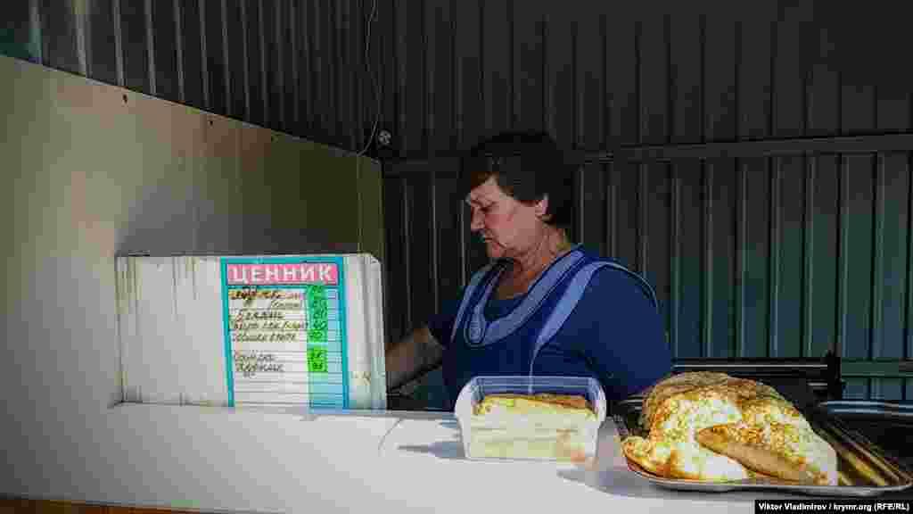 Точка з чебуреками на ринку. Ціна за один –80 рублів (32 гривні)
