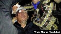 Оппозиция лидерлеринин бири, Украинанын мурдагы ички иштер министри Юрий Луценкого полициянын атайын күчтөрү менен мушташтан кийин медициналык жардам көрсөтүлүүдө. Киев, 11-январь 2014 (photo: Vitaly Manko)