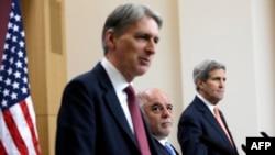 Солдон оңго карай: Британиянын тышкы иштер министри Филип Хэммонд, Ирактын премьер-министри Хайдер ал-Абади жана АКШнын мамлекеттик катчысы Жон Керри.