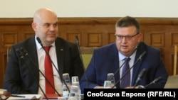 Иван Гешев (вляво) и Сотир Цацаров в парламента.