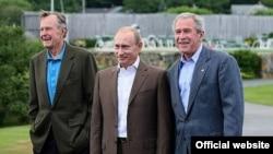 Владимира Путина Джордж Буш встречал вместе с папой.