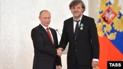 Russian President Vladimir Putin (left) presents a state award to film director Emir Kusturica at the Kremlin in 2016.