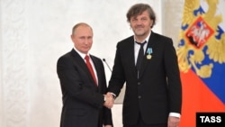 Bosnian-born Serb filmmaker Emir Kustarica (right) receives an award from Russian President Vladimir Putin in 2016.