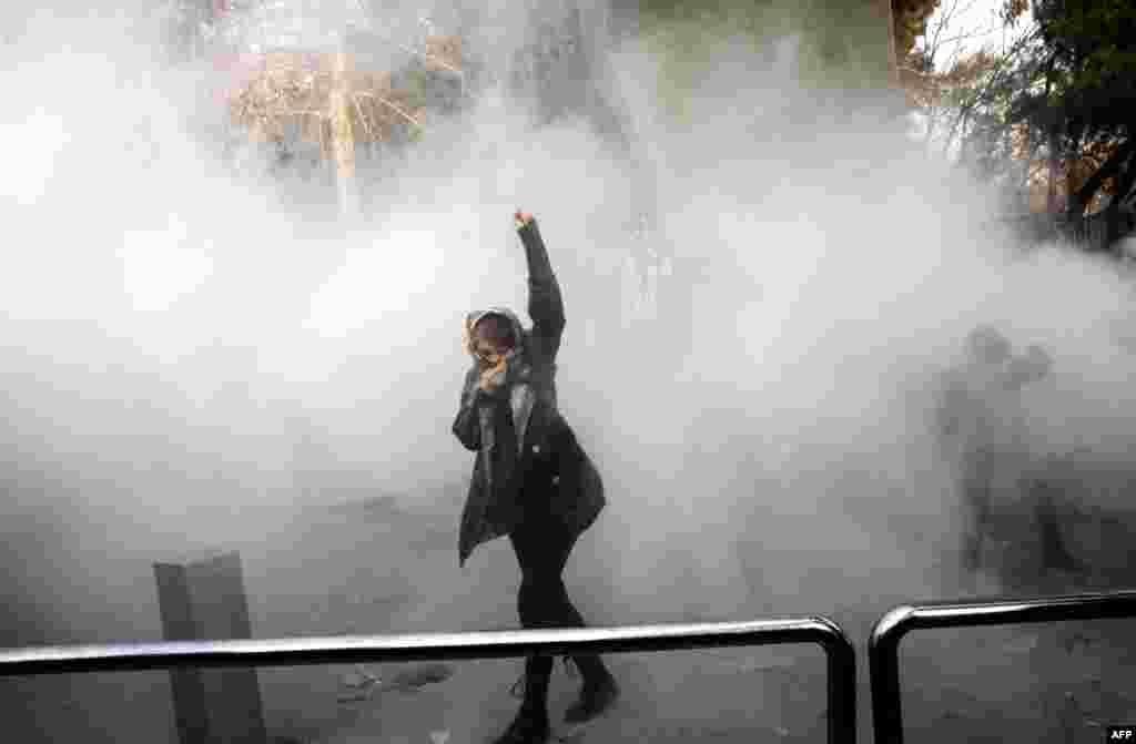Против демонстрантов применили и слезоточивый газ.