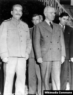 Сталин и Трумэн на Потсдамской конференции. За их спинами переводчик Владимир Павлов и посол СССР в США Андрей Громыко. Июль 1945 года