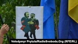Під час жалобного мітингу з нагоди Дня пам'яті жертв сталінізму та нацизму, Сімферополь, 23 серпня 2013 року